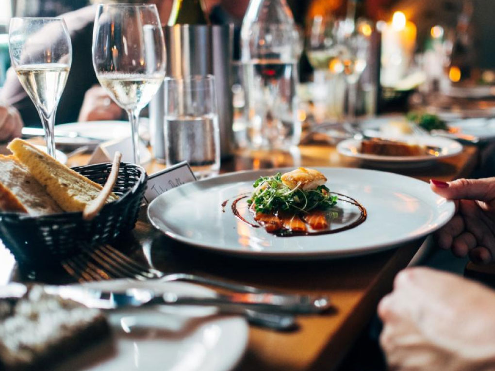 โต๊ะอาหารสำหรับมื้อต่างๆ
