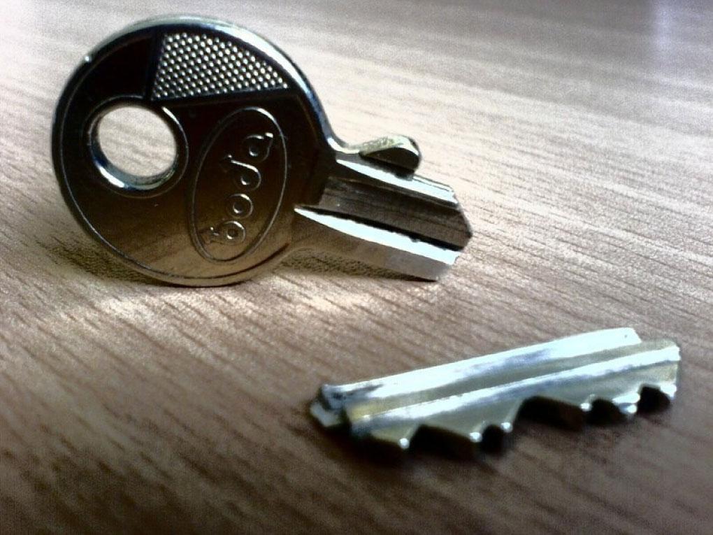 กุญแจหักคาประตู