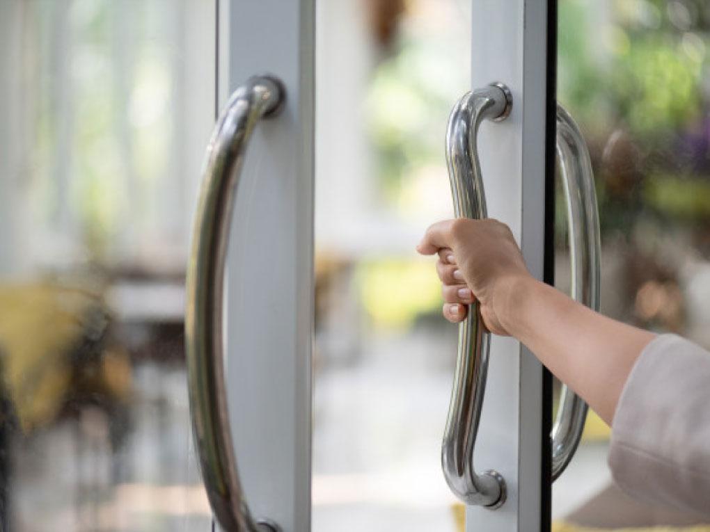 ประตูกระจกบานสวิง