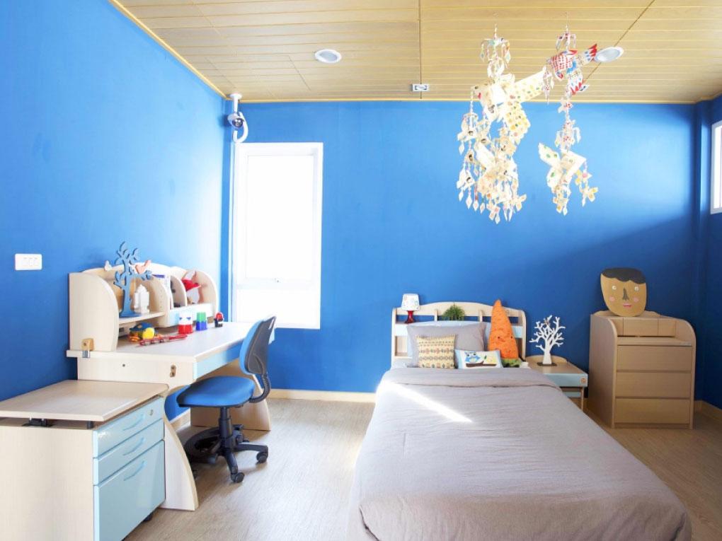 ห้องนอนสีฟ้าจับคู่กับไม้