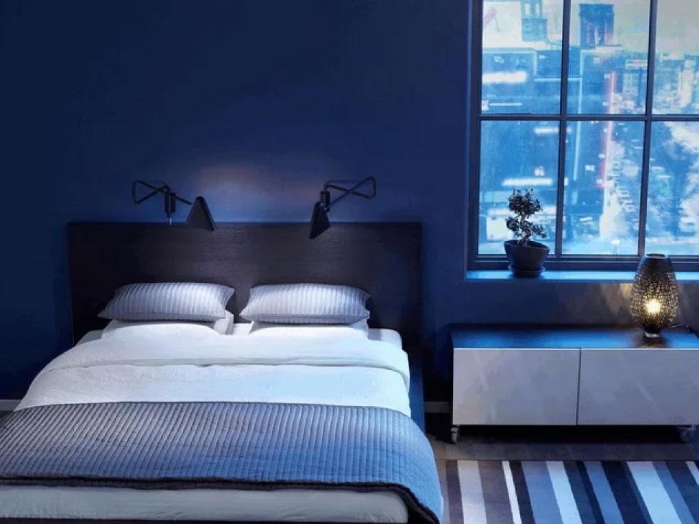 ห้องนอนสีฟ้าเข้ม มีดีเทลคู่กับหน้าต่างบานใหญ่