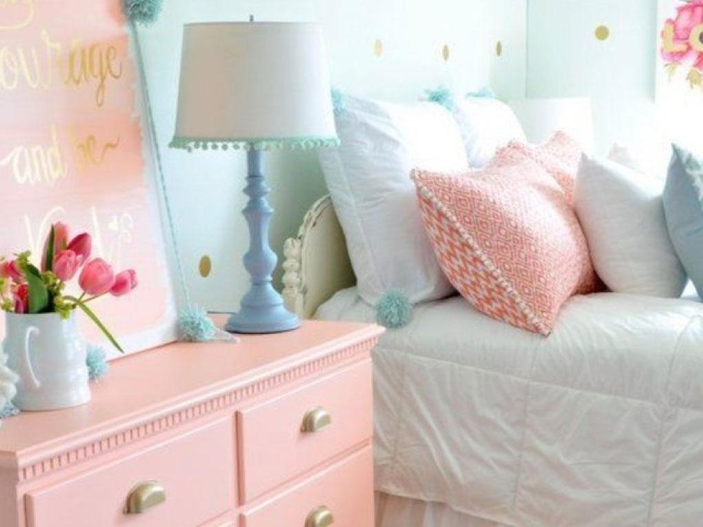 ห้องนอนสีฟ้าพาสเทลจับคู่สีชมพูและเหลือง