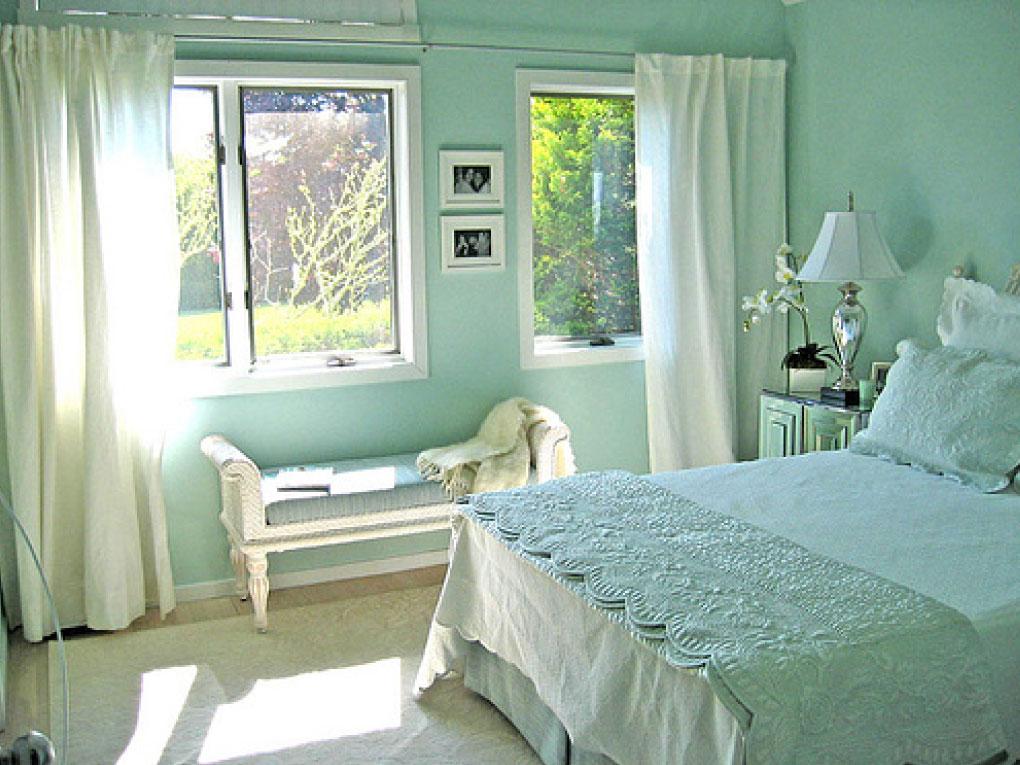 ห้องนอนสีฟ้าอมเขียวจับกับสีคู่ตรงข้าม