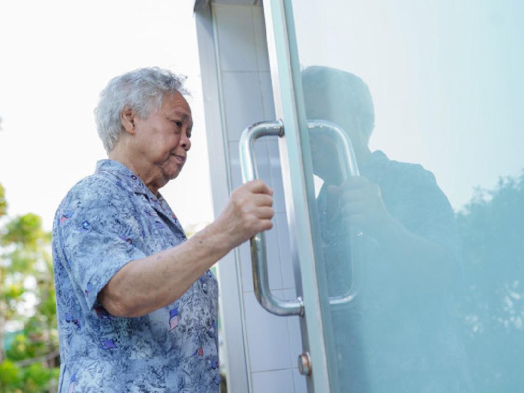 ประตูห้องน้ำสำหรับผู้พิการ