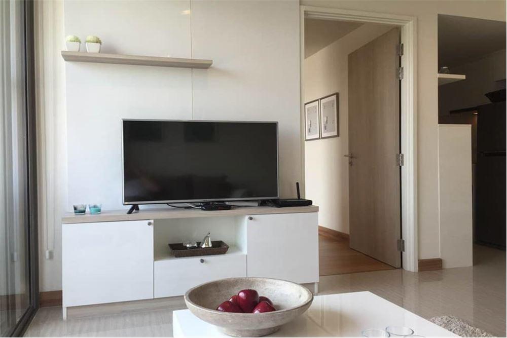 Pet friendly white bright spacious corner unit